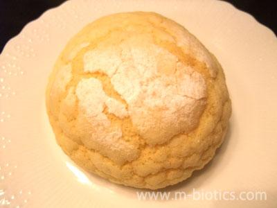 メロンパンを食べるときの悪あがき~カリカリ部分の粉砂糖を剥がす