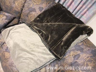 【寒さ対策】ニトリのプレミアタッチ毛布は、アルミシート入りで暖かくおすすめ