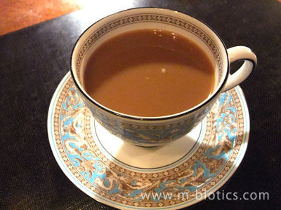 九年ぶりに、コーヒーに砂糖とパウダーミルクを入れてみる~美味しいが、ハンドドリップしたコーヒーの味と香りがわりと台無し