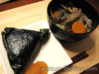 初めて作ったマクロビオティックおにぎり・ごぼう汁定食(玄米おにぎり、ゴボウ汁)