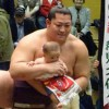 【大相撲】遠藤の手の甲で歯固めしている赤ちゃんが可愛い